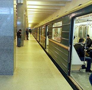 Состав у перрона одной из станций Бакинского метрополитена, фото из архива