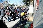REAL Hərəkatının üzvləri Türkiyənin Azərbaycan səfirliyi qarşısında Ankaradakı terror qurbanlarını yad edərkən