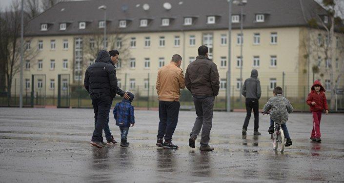 Мигранты на территории лагеря для беженцев в ФРГ, фото из архива
