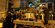Рабочие на заводе, архивное фото