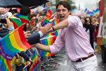 Castin Trudo Torontoda keçirilən gey-paradda iştirak edir. Arxiv şəkli