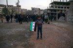 Əlində Suriya müxalifətinin bayrağını tutmuş uşaq