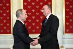 Президент Российской Федерации Владимир Путин (слева) и президент Азербайджанской Республики Ильхам Алиев