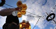 Almaniyadakı Oktoberfest xalq şənliyində pivə paylayan adam