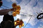 Almaniyadakı Oktoberfest xalq şənliyində pivə paylayan adam, 20 sentyabr 2015-ci il