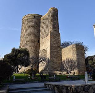 Вид на Девичью башню (Гыз галасы) с бакинского бульвара