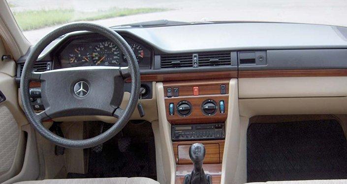 Mercedes markalı avtomobilin salonu