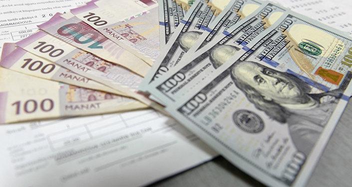 Курс доллара наоткрытии торгов снизился до57,15 рубля