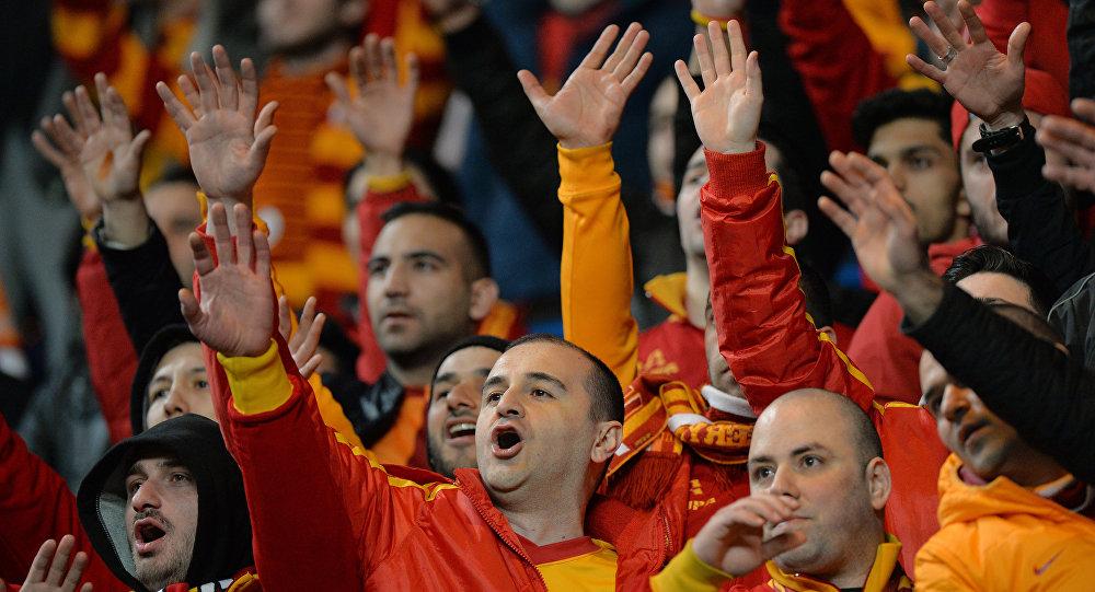 Фанаты турецкого футбольного клуба Галатасарай
