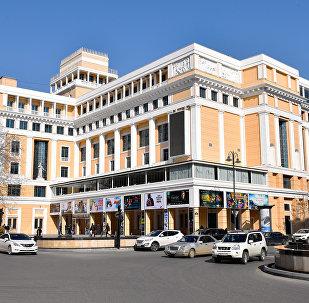Здание центра кино Низами в Баку