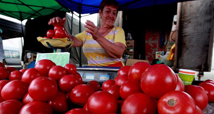 Продажа помидоров на продовольственной ярмарке