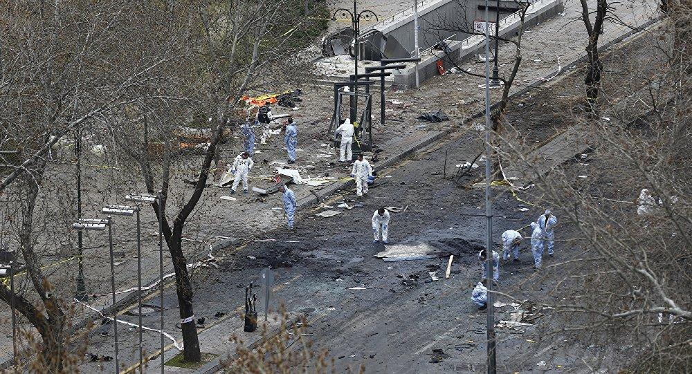 Судебные эксперты работают на месте взрыва в Анкаре