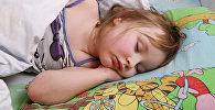 Девочка спит во время тихого часа в детском саду, фото из архива