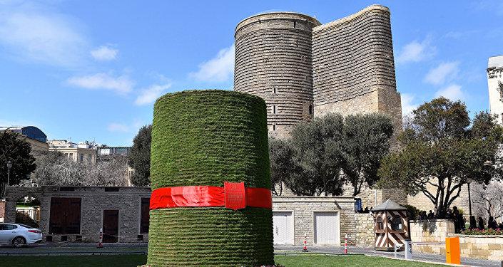Сямяни в центре Баку в форме Девичьей башни
