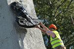 Polşada Sovet dövründən qalmış heykəlin sökülməsi. Arxiv şəkli