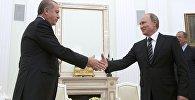 Rusiya prezidenti Vladimir Putin Kremldə türkiyəli həmkarı Rəcəb Tayyib Ərdoğanı qarşılayarkən. Arxiv şəkli