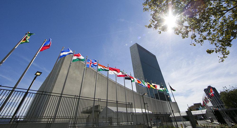 Флаги стран перед штаб-квартирой ООН, фото из архива