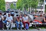 Люди в амстердамском парке. Архивное фото