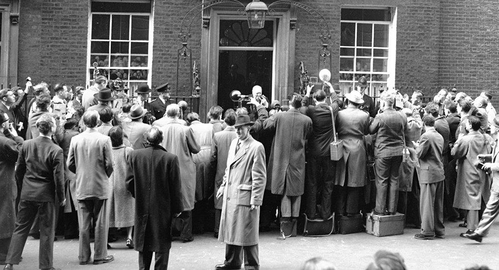 Британский премьер-министр, сэр Уинстон Черчилль в окружении журналистов после объявления об отставке