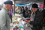 Покупатели на рынке в Загатала