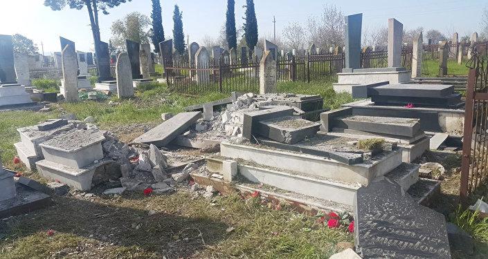 Разрушенные могилы на кладбище села Махрызлы