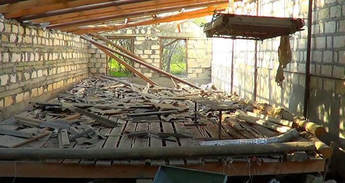 Рухнувшая после артобстрела крыша дома