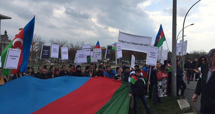 Aksiya iştirakçıları ilk olaraq Azərbaycan Respublikasının dövlət himnini və Əsgər marşını oxuyublar