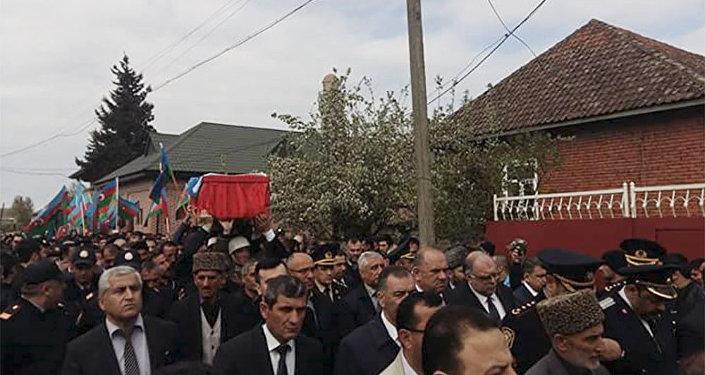 Dəfn mərasimində rayon rəhbərliyi, şəhidin hərbçi yoldaşları, doğmaları və rayon sakinləri iştirak edirdilər