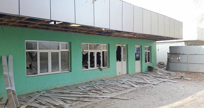 Goranboy rayonunun Zeyvə kəndində qrad atəşi nəticəsində dağılmış tikili