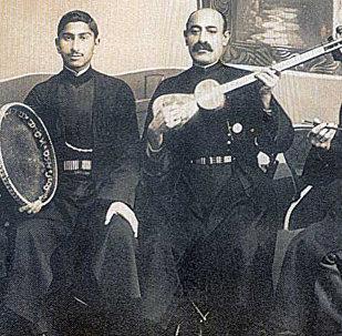 Ханенде Сеид Шушинский (второй слева) со своим ансамблем в 1916 году