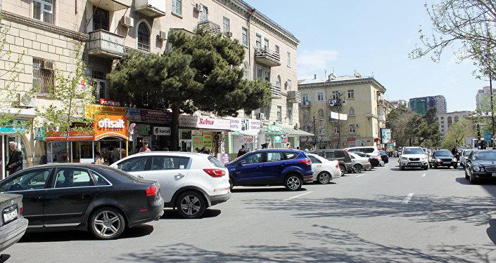 Автомобили, припаркованные на обеих сторонах улицы, принадлежат, в основном, работникам расположенных там объектов