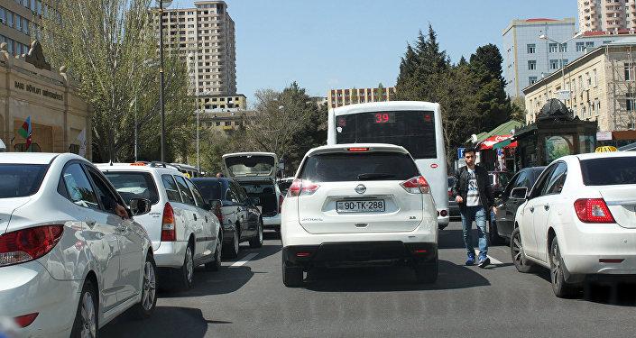 Участок дороги от выхода станции Элмляр Академиясы и вплоть до БГУ напоминает настоящий лабиринт
