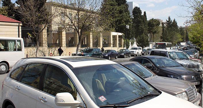 Парковка автомобилей перед зданием Бакинского государственного университета