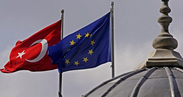 Флаги Евросоюза и Турции. Архивное фото