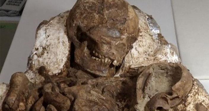 Bir-biri ilə qucaqlaşmış gənc ana və uşağın skeleti