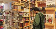 Студент в книжном магазине, фото из архива