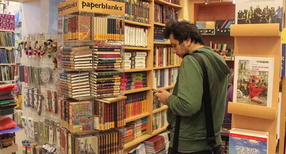 Kitab mağazasında alıcı