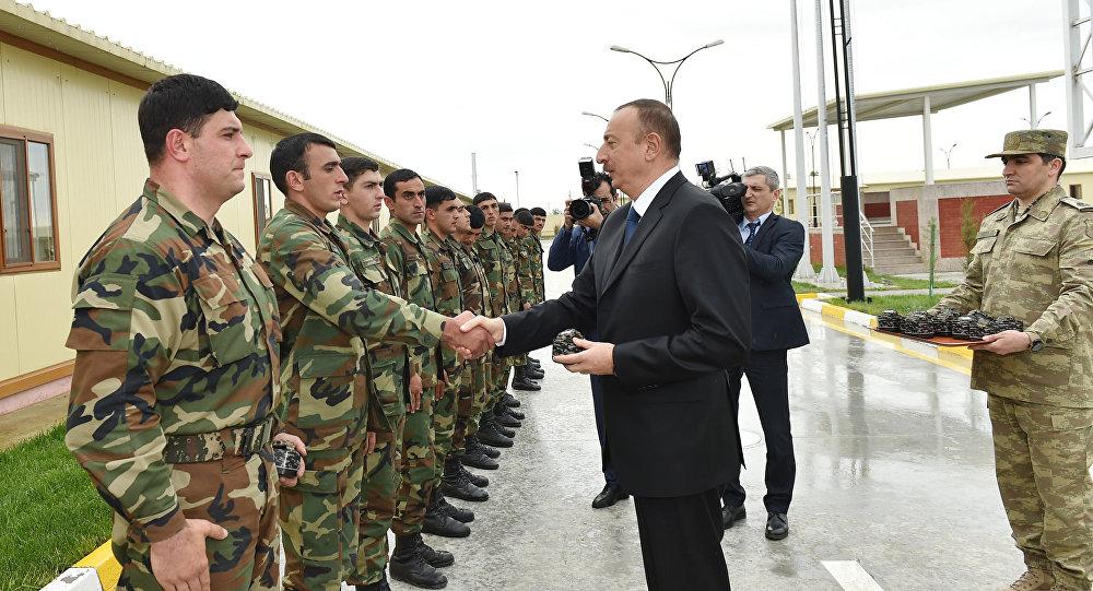 Prezident İlham Əliyev əsgərlərlə