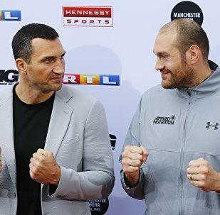 Владимир Кличко и Тайсон Фьюри во время пресс-конференции в Кельне, Германия