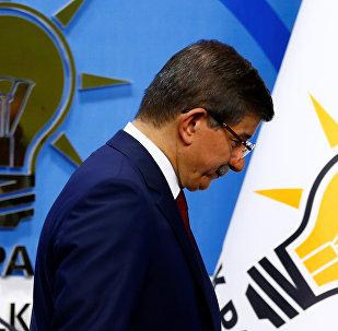 Ахмет Давутоглу покидает пресс-конференцию в штаб-квартире Партии справедливости и развития