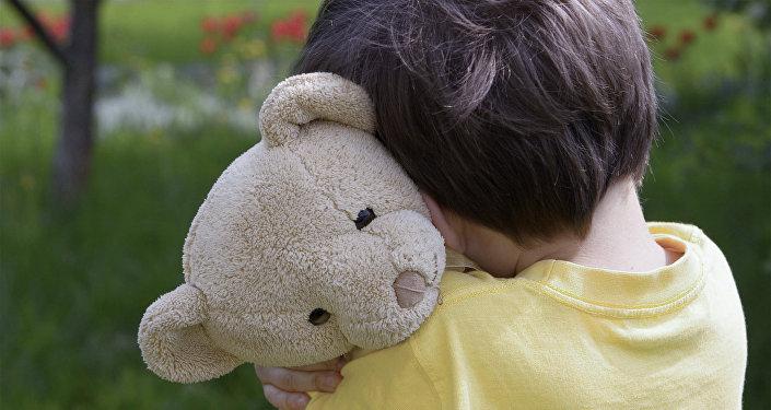 Мальчик с плюшевым медвежонком. Архивное фото