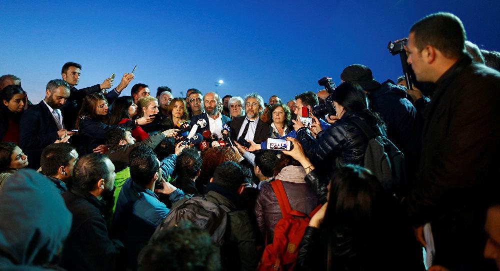 """""""Cumhuriyet"""" qəzetinin baş redaktoru Can Dündar Ankarada mətbuat nümayəndələrinə müsahibə verir"""