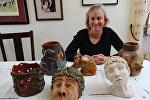 Бетси Соул показывает некоторые из образцов керамики, которые она создала в средней школе в начале 1970-х