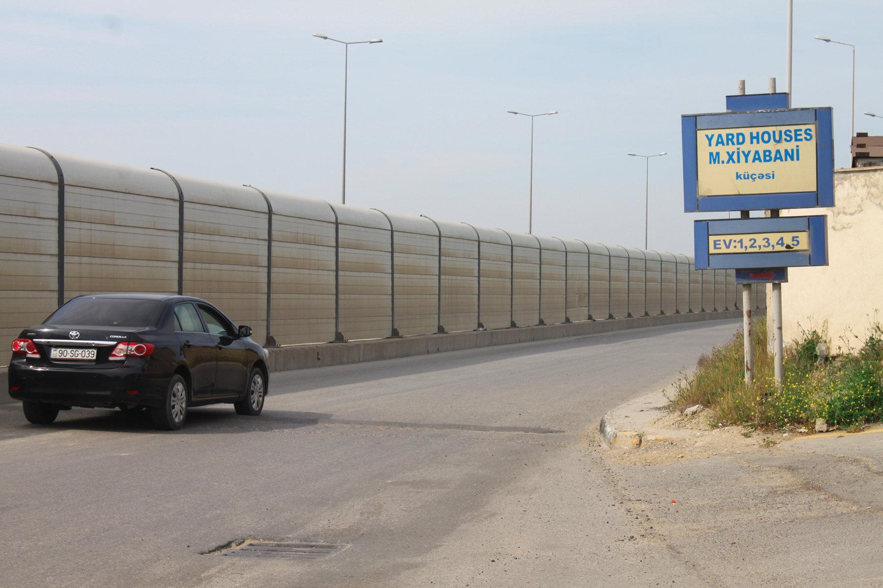 Искусственное дорожное препятствие на улице Хиябани