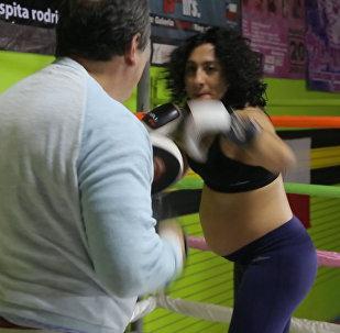 Ринг для будущей мамы: спортсменка боксирует на восьмом месяце беременности