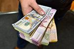 Доллары США и азербайджанский манат