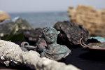 Редкие бронзовые артефакты, часть большого древнего морского груза торгового судна , затонувшего во время позднего римского периода 1600 лет назад