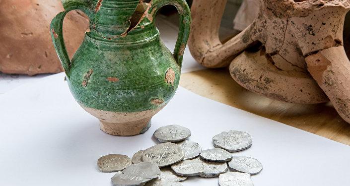 Археологи обнаружили клад серебряных монет, сообщили в инфоцентре Кpымcкий мocт