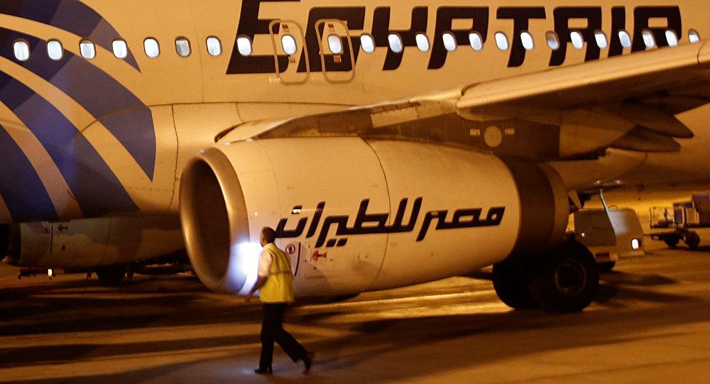 Сотрудник безопасности аэропорта Луксор проверяет самолет EgyptAir после прибытия из Каира