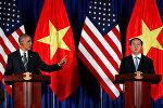 ABŞ prezidenti Barak Obama Vyetnamın dövlət başçısı Çıonq Tan Şanq ilə birgə mətbuat konfransı zamanı